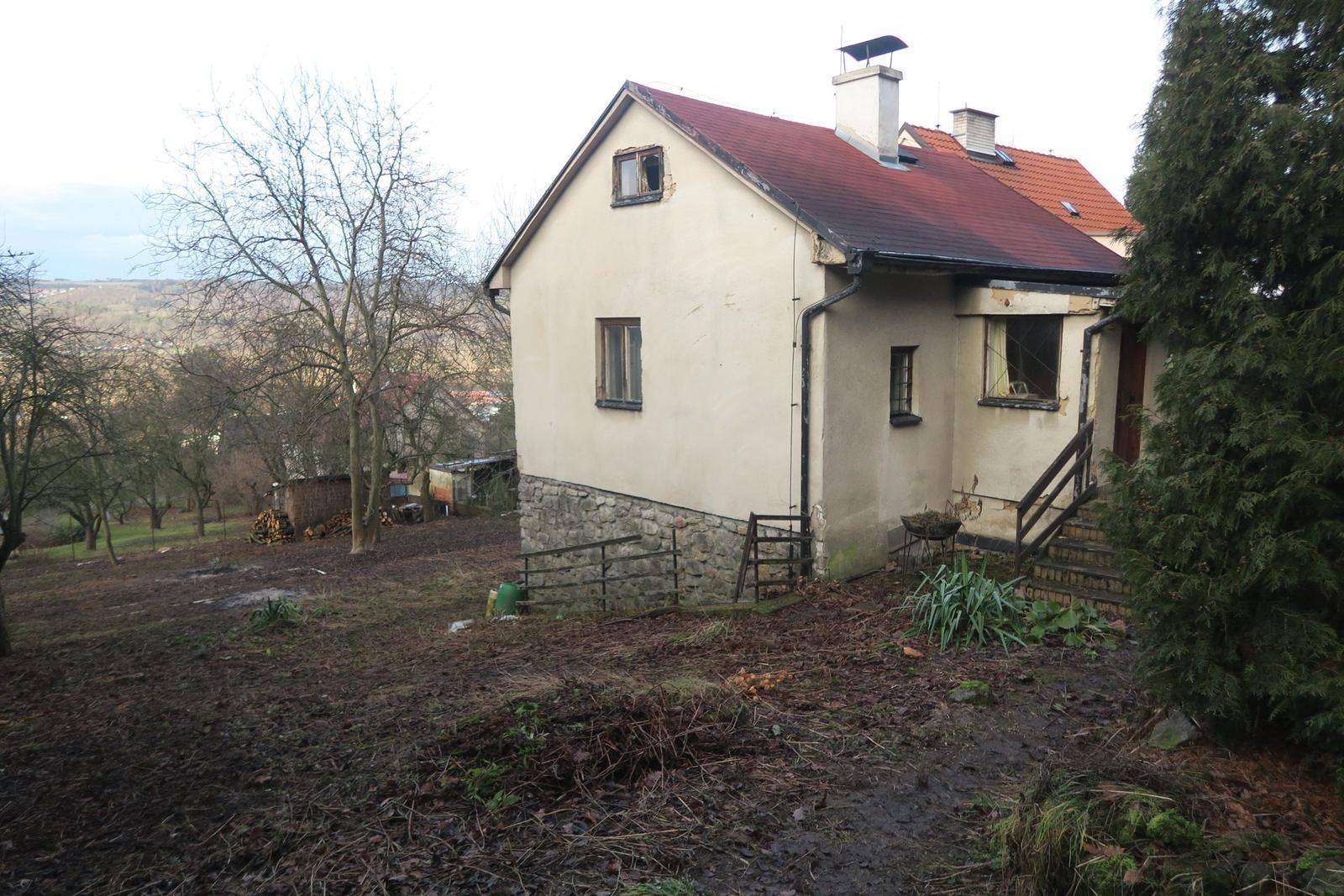 Stavba našeho bungalovu ve svahu - Po vysekání křovin konečně vidíme, co jsme si pořídili :-)