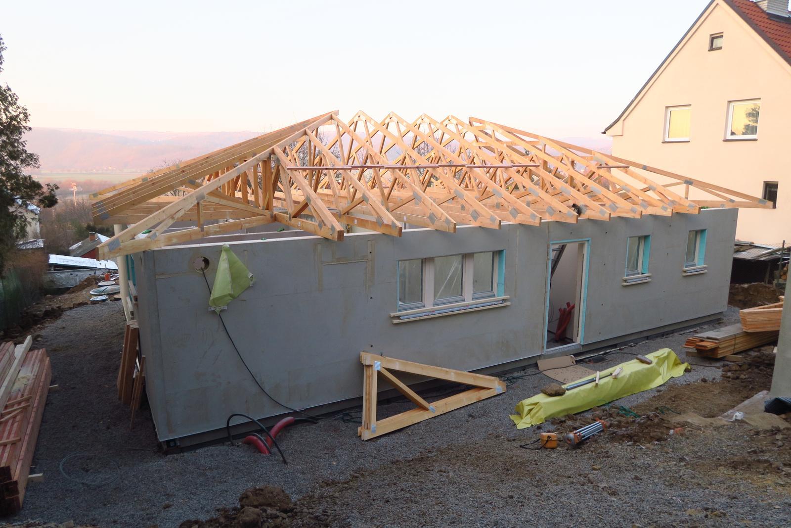 Stavba našeho bungalovu ve svahu - Výsledek po jednom dni :-)