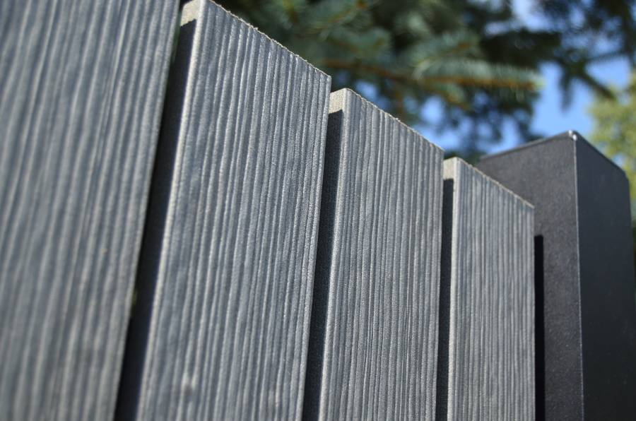 WPC plotovky Pilwood® 💪 Materiál WPC kombinuje pomer dreva 60% a vysoko kvalitný, zdravotne nezávadný polymer HDPE 40%. Plotové dosky Pilwood WPC sú vhodnou voľbou vďaka svojej vysokej odolnosti a dlhodobej životnosti bez nutnosti ochranných náterov.  Viac o tejto novinke nájdete na: 👉 www.branyposuvne.sk/komponenty-posuvnych-bran/plotovky - Obrázok č. 1