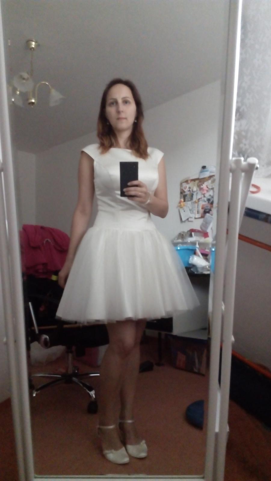Budoucí nevěsty, konečně jsem se rozhodla a s velmi těžkým srdcem prodám své šatičky na převlečení a svatební botičky. Kdybyste některá měla zájem, koukněte do bazárku. Mně přinesly štěstí, tak bych je ráda poslala dál :) - Obrázek č. 1