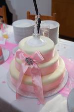 Těch figurek si nevšímat, to mi tam hned strčila mamka :) Byla to její figurka a tak chtěla, ať ji mám taky :) I když se mi nehodila k dortu, tak jsem ji to vyplnila :)