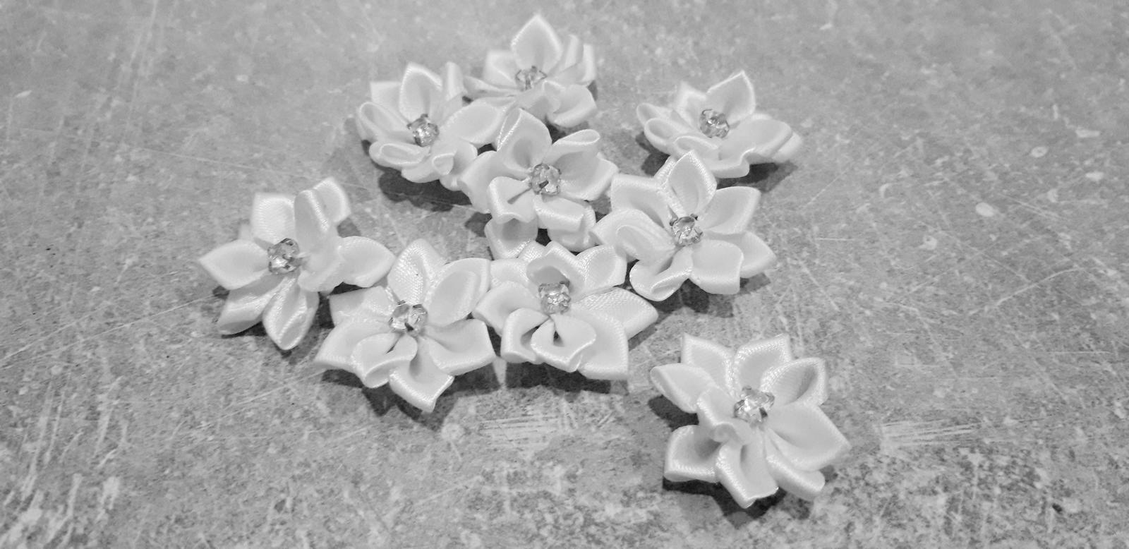 M∞P wedding ideas - kvietky na náramky pre hostí- dievčence
