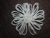 bílý vývazek nebo dekorace kytička se špendlíkem ,