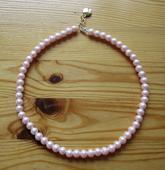 Světle růžový perlový náhrdelník,