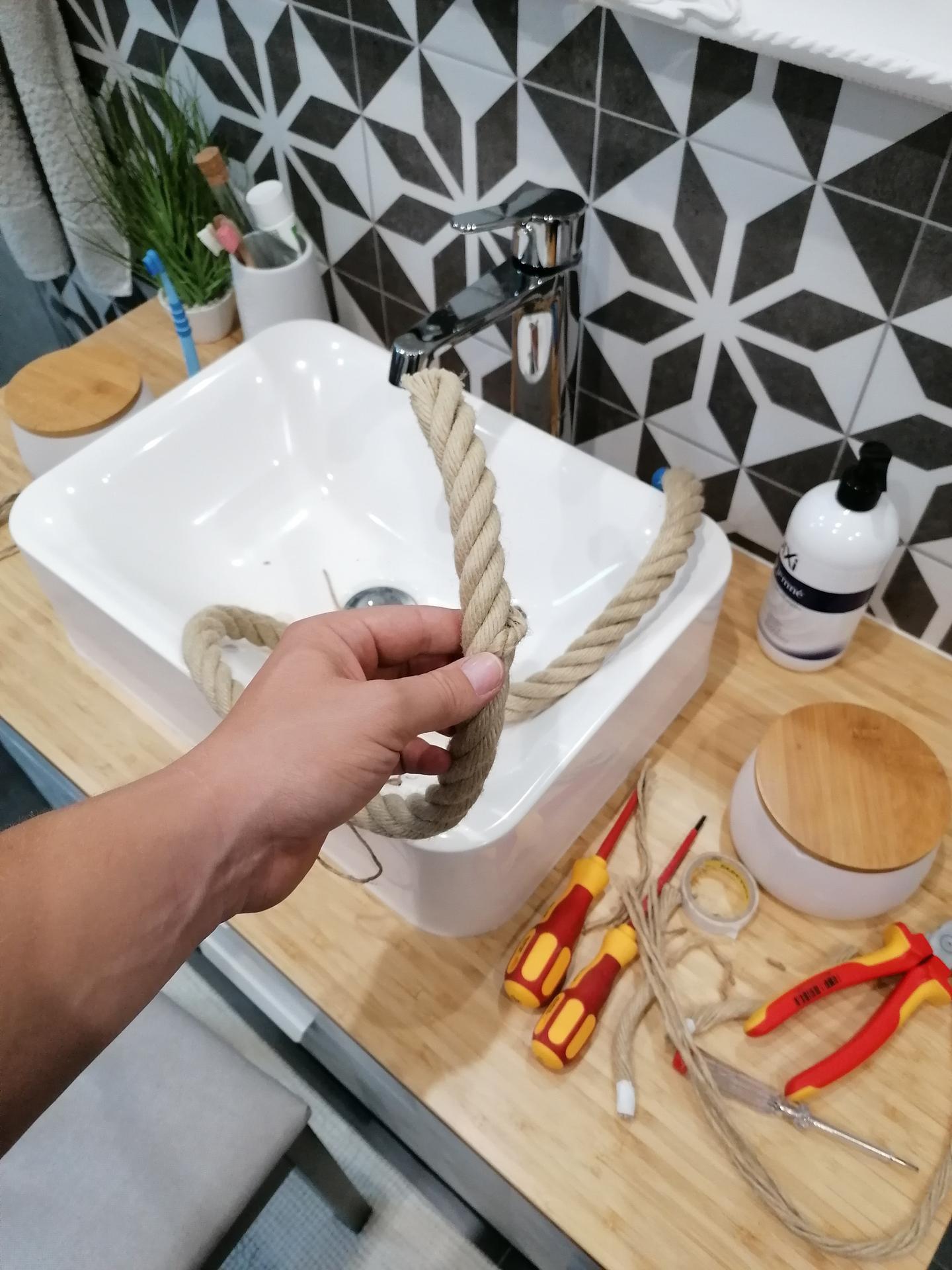 Dnes ďalšia výroba svietidla, tentokrát v kúpelni 😂😂🙈🙈 - Obrázok č. 1