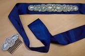 Modrý opasok s hrebienkom do vlasov,