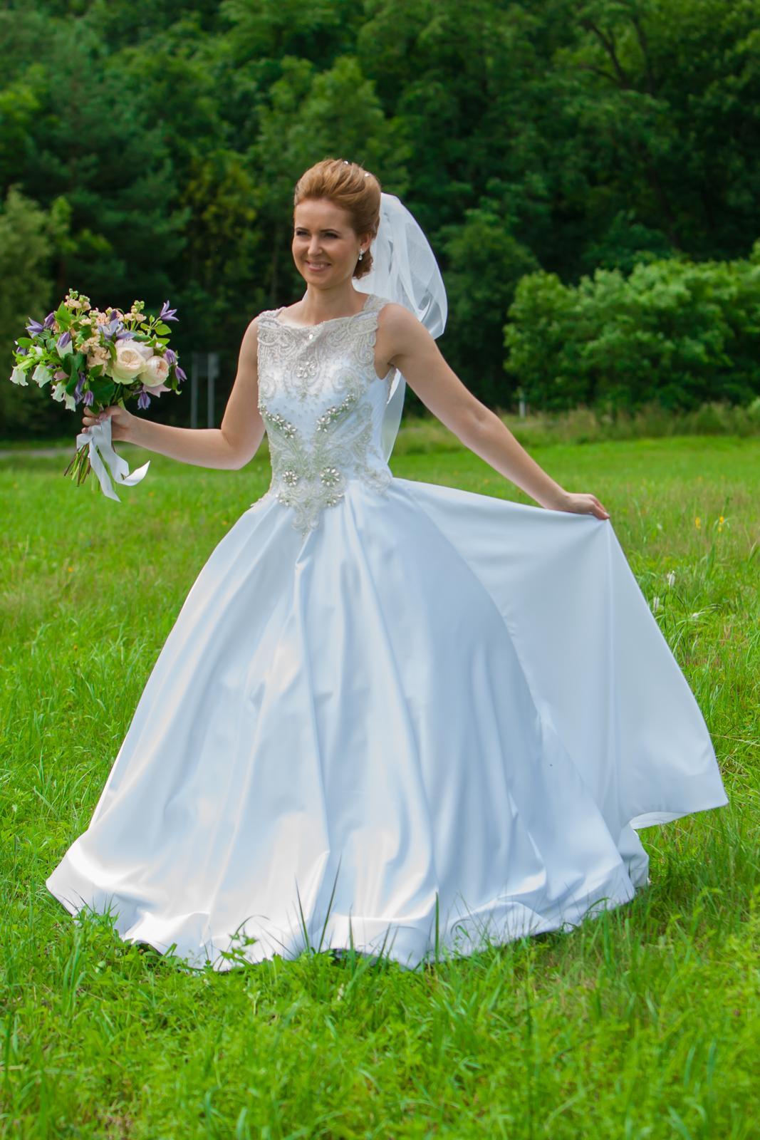 Svadobné šaty so zdobenou vrchnou časťou + závoj - Obrázok č. 2