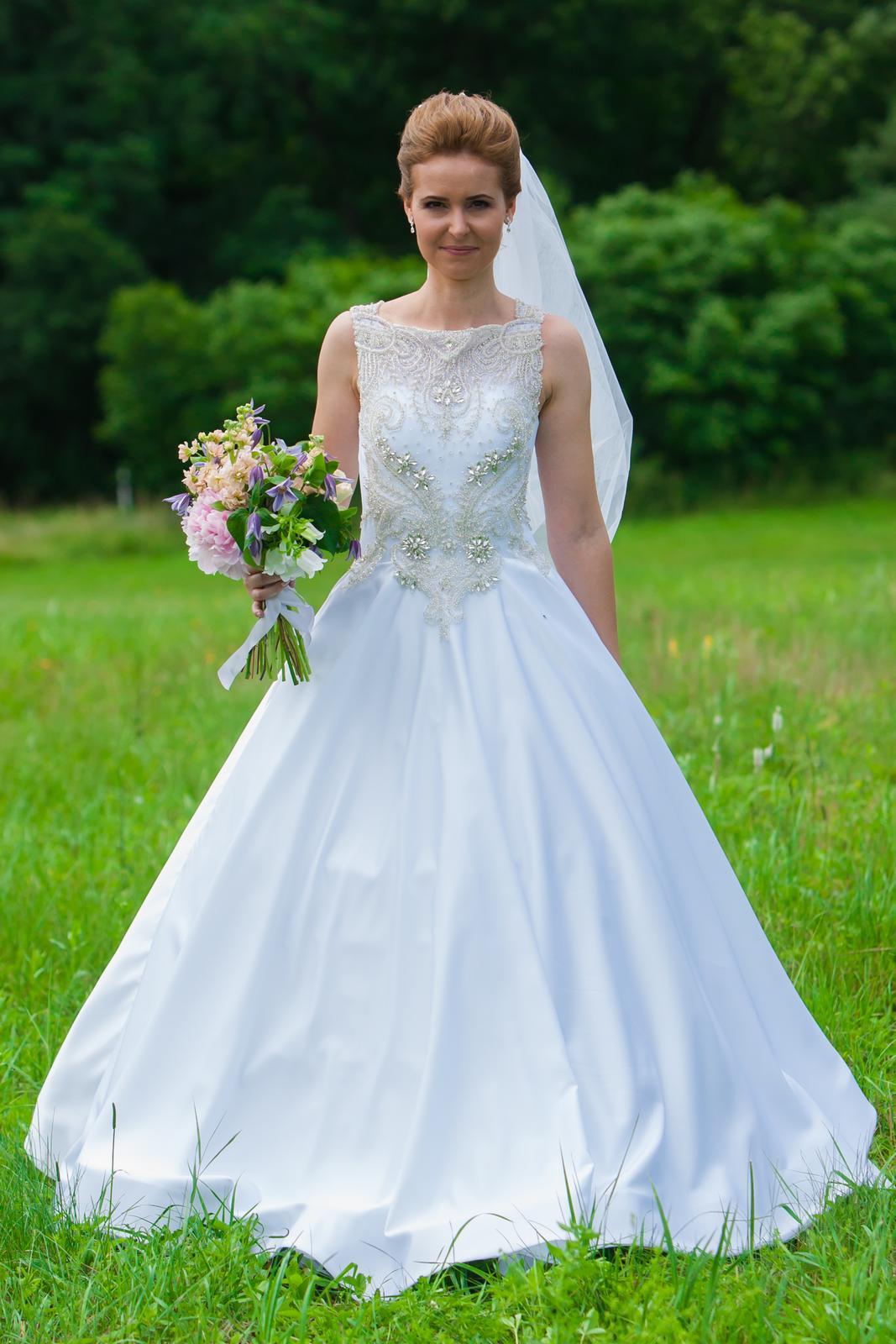 Svadobné šaty so zdobenou vrchnou časťou + závoj - Obrázok č. 1