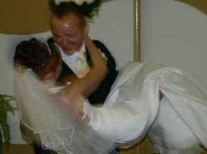 a tanečným krokom si ma manžel odniesol až k stolu...