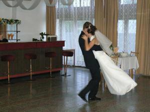 keď som už nevládala stačilo zdvihnúť nohy a manžel tancoval aj za mňa :-)