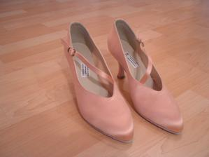 svatební boty - nemohou být bílé, šaty také nejsou bílé, pak je protancuju, hlavně když budou pohodlné :-)