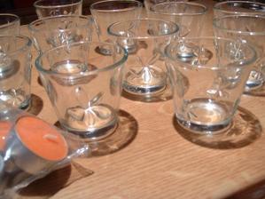 tyto svícínky budou na svatební tabuli... na dno příjde ozdobný písek a svíčky do nich - to byla dřina, sehnat oranžové! jsou voňavé :-)