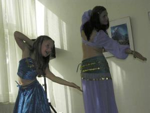 Zpestření - orientální tanec v podání mé nové švagrové Jany a neteře Terezky