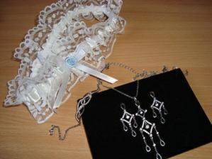 podvazek a stříbrná sada šperků - náhrdelník, náušnice, náramek