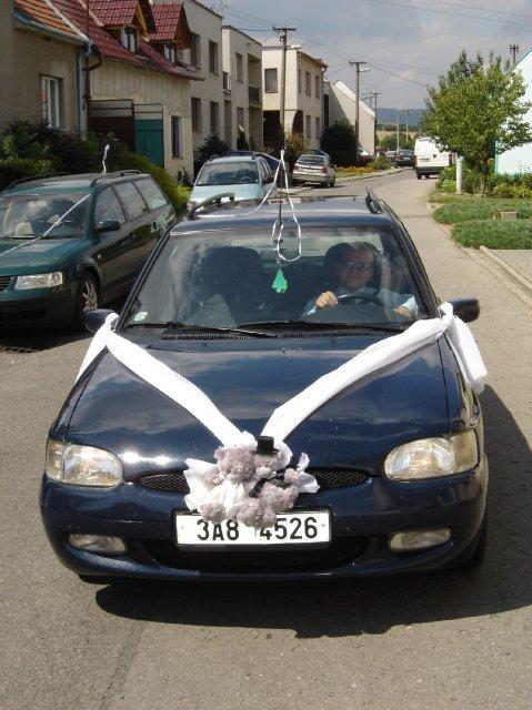 Očekávané svatební auto nevěstu ale nepřivezlo....