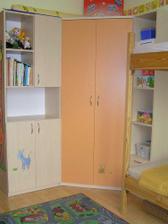 rohová skříň a skříňky v dětském pokoji