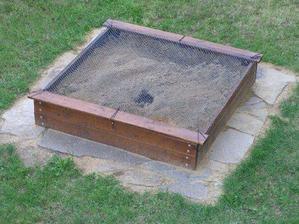tatínek urobil nové pískoviště, moc pěkné...