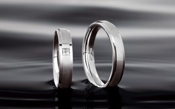 tak prstýnky by měly mít asi takovýhle tvar, s tím že ta středová část na mém prstýnku bude bez kamene a bude zdobená hrubým matem