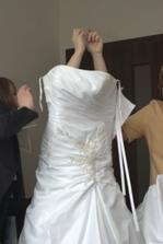 soukání do šatů ve snaze nezničit účes bylo docela náročné:-D