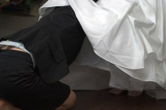 kamarádka-svědkyně leze pod šaty a upravuje vrstvy spodniček:)