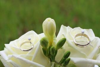 naše prstýnky na květinovém aranžmá, které bylo stejné jako moje kytice