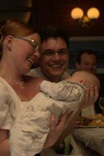 pěkně podle tradice: nevěsta si chová miminko, aby měla taky jednou vlastní:-D