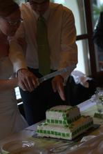 krájení dortu, který jsem také pekla sama