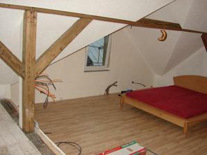 Toto bude pracovňa a relax miestnosť 44m2 (posteľ je len zatiaľ-kým ďalšiu časť nedotiahneme...)