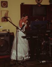 i nevěsta zazpívala