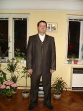zenich ve svem obleku, s vestickou a zatim bez kravaty