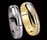 Tak takovýhle prstýnky máme objednané. Ty z bílého zlata, akorát máme uprostřed proužek z červeného zlata.
