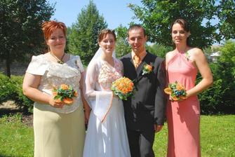 svědkyně - vlevo ženichova sestra, vpravo nevěstina sestra