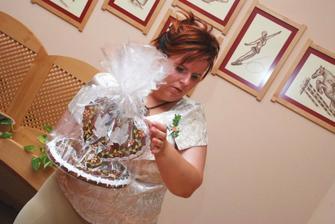 Nevěstina svědkyně, ženichova sestra připravila novomanželům perníkové srdce - její výroba