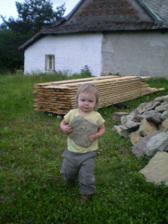 Jůlinka pomáhá nosit kameny