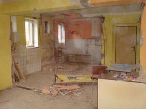 Máme vybouráno, teď oškrábat omítky, vybourat podlahy, zkrátka ještě hodně práce.......