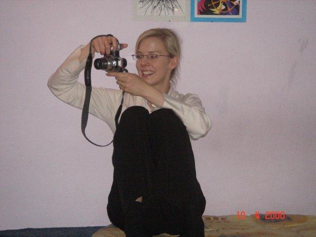 Stretko snažiliek a nesnažiliek, v BA 10.4.2006 - chcela sa schovat za objektiv ale nepodarilo sa jej to uplne:) (madeleine)