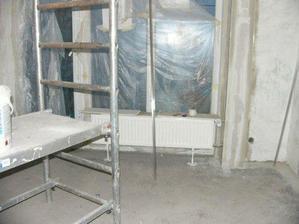 okno a radiator v spalni