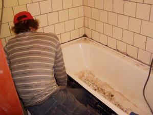 to je strejda, vysekává starou a vanu a tam kde dřepí byl záchod.