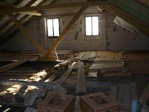první návštěva před koupí - půda a strašný nepořádek - stropy pak šly dolů komplet celé