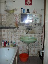 první návštěva před koupí - koupelna původních majitelů v plném provozu....hrůůza!!