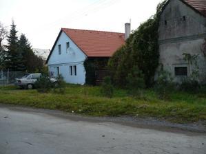 před koupí - pohled na dům a stodolu z ulice