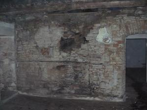 zed za kuchyní - půlka zbouraná, byla před ní postavená příčka na dorovnání, mezi tím byla mezera