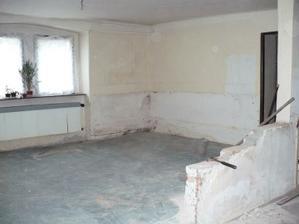 obývák a za zdí dětský pokoj - zeď byla později zbouraná