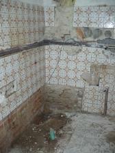 původní koupelna - vyklizená vana a umyvadlo, začíná se s bouráním
