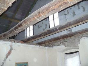 strop nad pokojem (budoucí kuchyní) zbourán