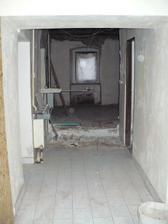 konec chodby - příčka zbourána, je vidět do pokoje, okno budoucí kuchyně :)