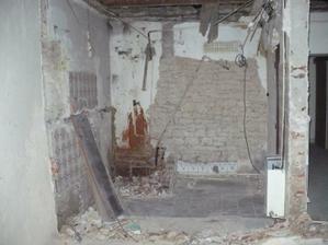 příčka mezi pokojem a koupelnou zbourána - z koupelny už toho moc nezbývá... :)