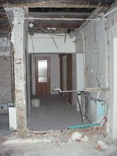 vlevo koupelna, vpravo chodba foceno od konce chodby