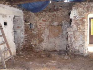 zeď za původní kuchyní - nyní je v tom rohu krb
