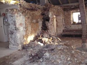 vše ve staré půlce domu je zbouráno